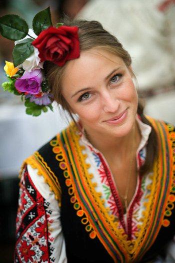 Българска сватба, мома в народна носия